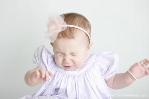 bebê gripado espirrando