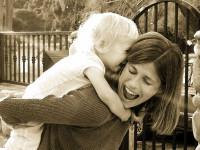 mamae apaixonada brincando dando muito amor e carinho para o filho
