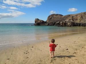 pititico na playa papagayo lanzarote o pequeno viajante as melhores viagens do eric
