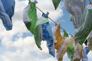 fraldas de pano modernas uso e lavagem secando ao sol