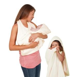 toalha de pescoco 10 Engenhocas Que Vao Facilitar o Banho do Seu Filho (de 0 a 3 anos) mamae tagarela