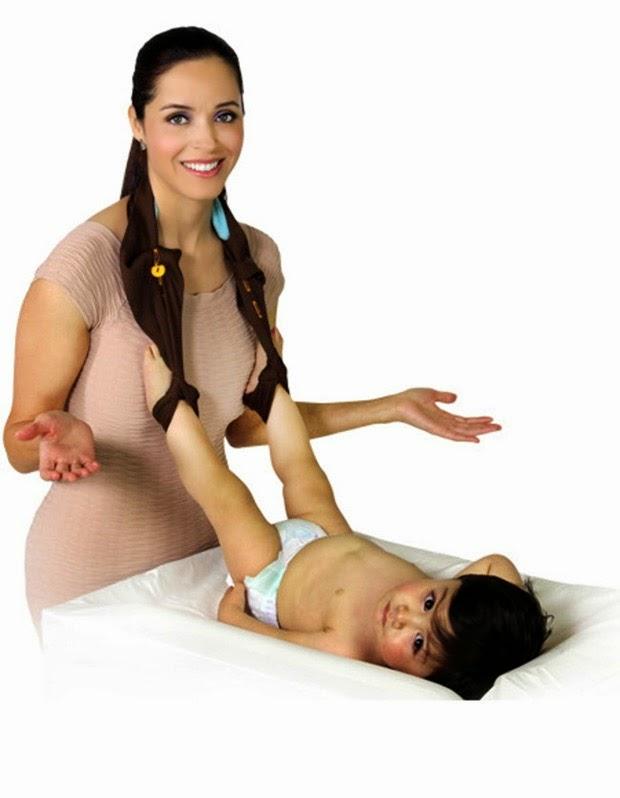 item para segurar as pernas do bebe enquanto troca a fralda