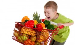 menino fazendo compras saudaveis