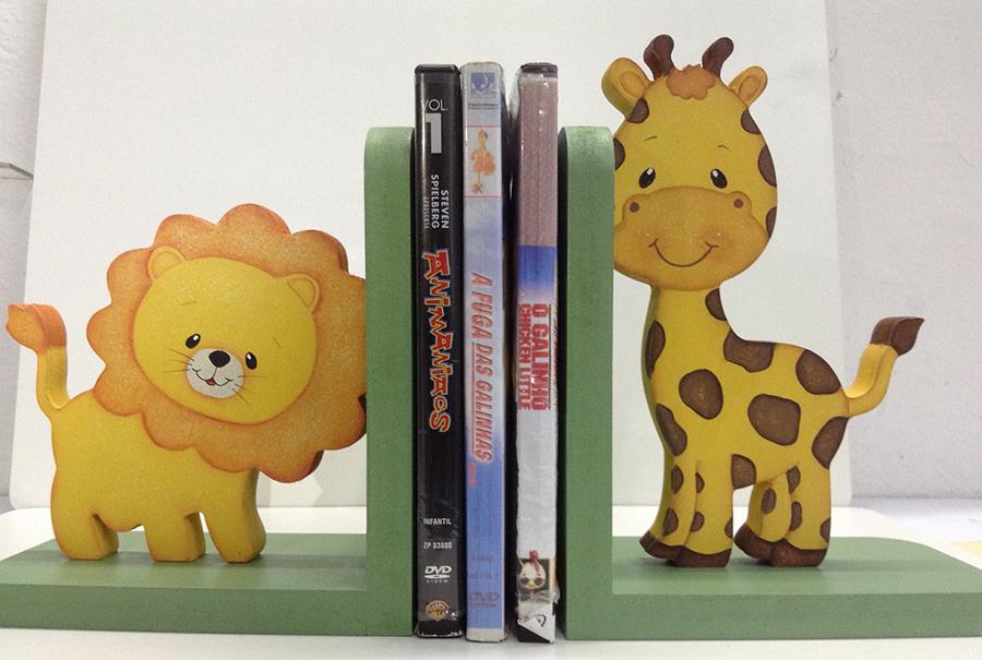 aparador de livros leao e girafa porta livros