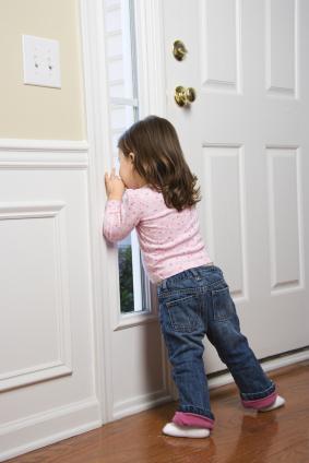 menina esperando na porta