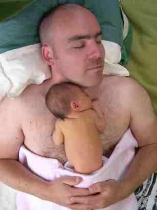 Pai canguru relaxado com seu bebê