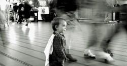 Criança perdida em lugar público