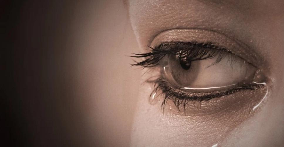 Filha abandonada chorando