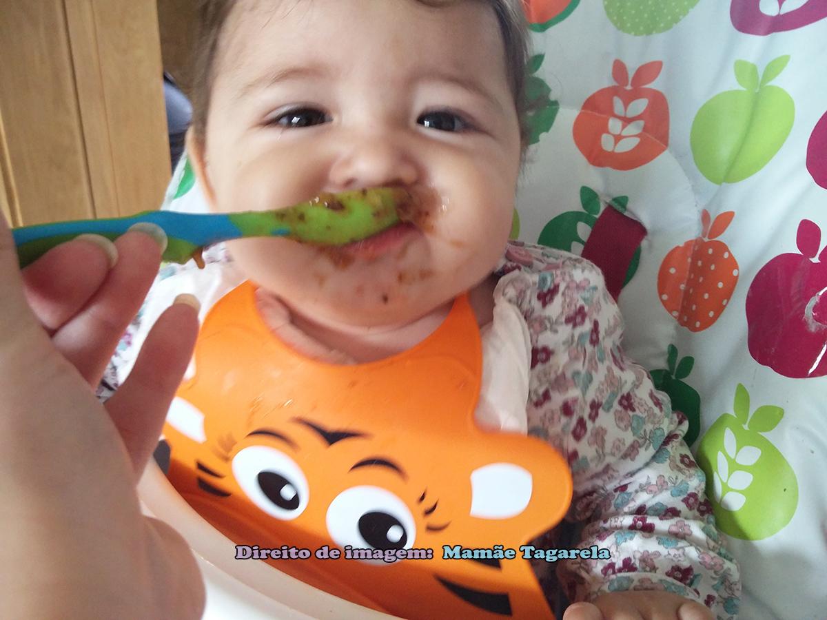 mia comendo papinha de ameixa
