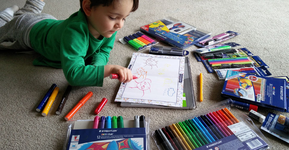 Como Incentivar as Crianças a Se Tornarem Pequenos Artistas eric desenhando com STAEDTLER