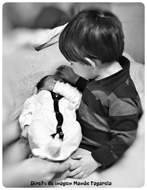 O Bebe Nasceu O Primeiro Encontro Entre Irmaossegurando no colo