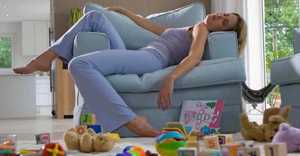 mae cansada jogada no sofa